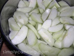 Peeled and sliced apples.